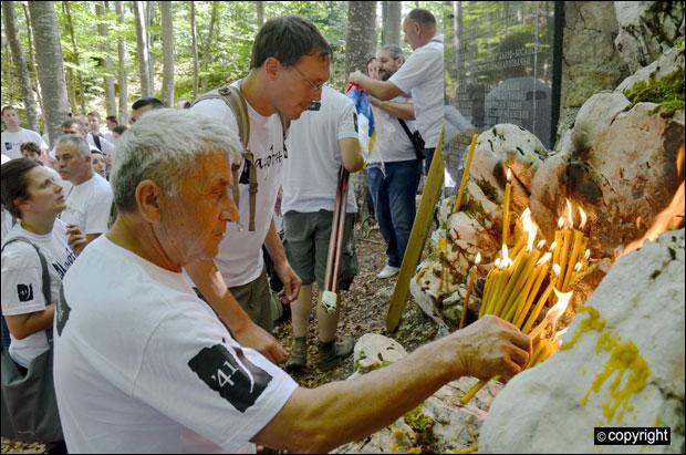 Potomci pale sveće za žrtve Jadovna