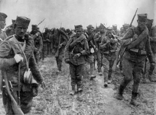 """Хиљаду триста каплара, ђачки батаљон на маршу према Дрини (Фото """"Шумадијска дивизија"""")"""