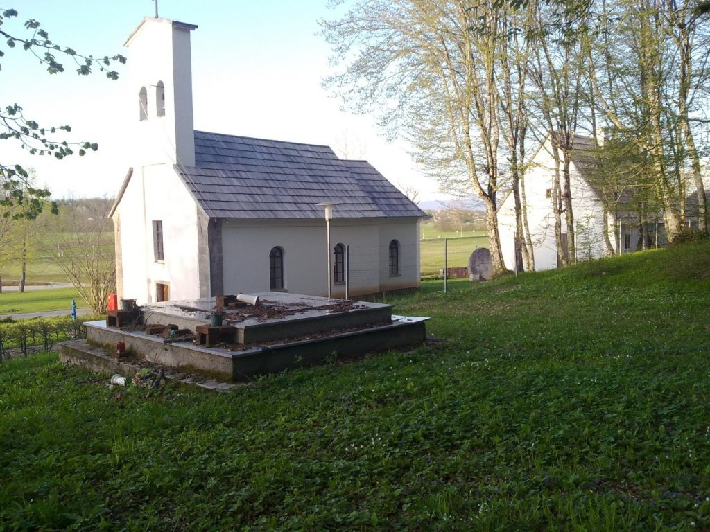 Гробница са српским жртвама поред православне цркве у Смиљану