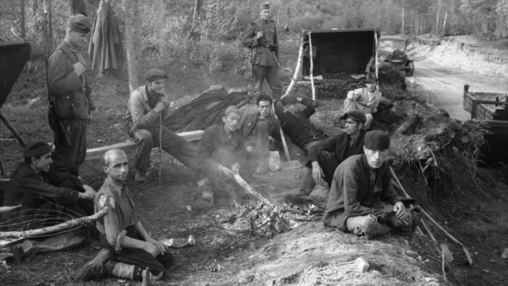 Jugoslovenski zarobljenici koji grade put između Karašoka i Finske tokom Drugog svetskog rata. Ovu fotografiju je početkom jeseni napravio nemački oficir, ratni reporter, pre nego što su zarobljenici postali iscrpljeni od gladi i povremenog divljačkog tretmana od strane čuvara. Fotografija: Arhiva nemačke vojske, Savezni arhiv Nemačke