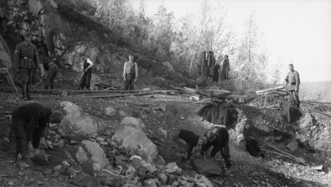 Zarobljenici su tretirani veoma loše, pošto nisu smatrani ratnim zarobljenicima, nego su bili osuđeni na smrt u okupiranoj Jugoslaviji kao partizani. Fotografija: Rene/Arhiva nemačke vojske, Savezna arhiva Nemačke