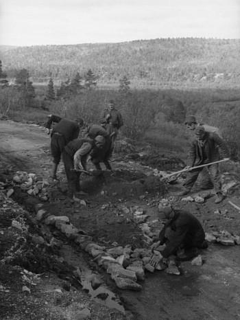 Jugoslovenski zarobljenici ugrađuju kamen na putu od Karašoka do finske granice. Fotografija: Arhiva nemačke vojske, Savezna arhiva Nemačke