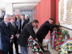 Код спомен-плоче студентима и радницима бањалучког Универзитета погинулим у одбрамбено-отаџбинском рату данас су положени вијенци и служен је парастос, у оквиру обиљежавања 41 године постојања Универзитета