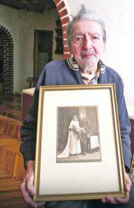 Александар Паул са сликом родитеља Фото: Ненад Павловић / РАС Србија
