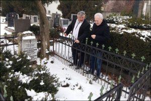 Кузмановић и Лисицин на гробљу
