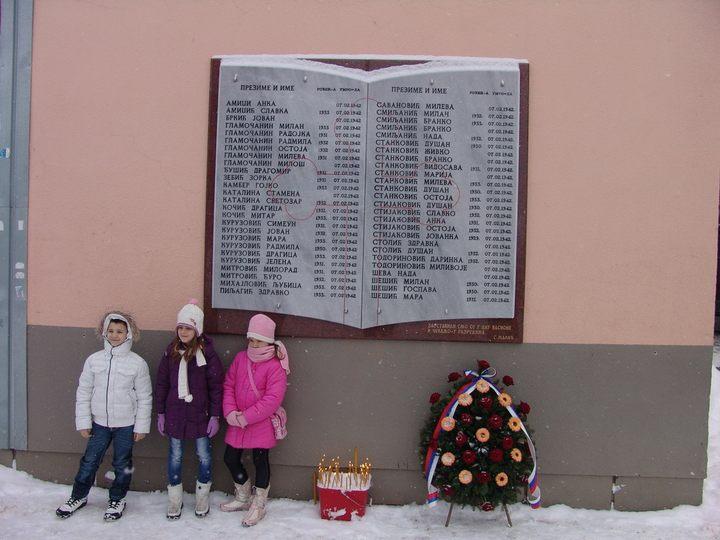 Спомен плоча побијеним ученицима у дворишту школе у Шарговцу