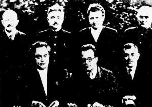 Руководство из тридесетих година: Г. Димитров, П. Тољати, В. Флорин (седе); О. Кусинен, Д. Мамулски, К. Готвалд и В. Пиецк (стоје)