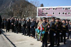 Полагање вијенаца код споменика српским борцима на Тргу палих бораца у Вишеграду.