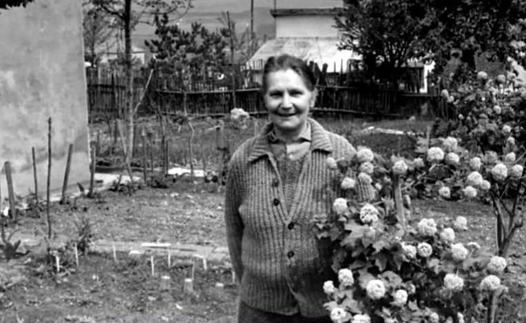 Milunka Savić ispred svoje kuće na Voždovcu