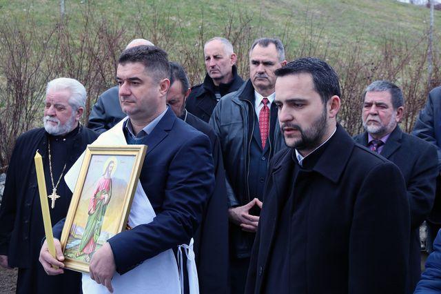 Кум темеља и крста је Славиша Ђураш, син Благоја којег је Азра Башић према свједочењу логораша заклала 1992. године у бившем Дому ЈНА.
