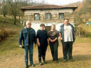 Милош Јовановић (десно) са мајком и сестром и новопазарским хуманитарцем Хидом Муратовићем