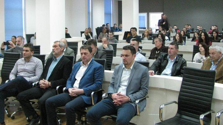 Predavanju u Administrativnom centru Grada Istočnog Sarajeva prisustvovali su učenici završnih razreda srednjih škola u Istočnom Sarajevu, te brojni Srbi koji su u zimu 1995/96. godine napustili Sarajevo.