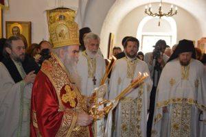 Митрополит црногорско-приморски Амфилохије служио је данас у Цетињском манастиру заупокојену архијерејску литургију са парастосом жртвама НАТО пакта из Црне Горе, Србије и цијелог свијета.