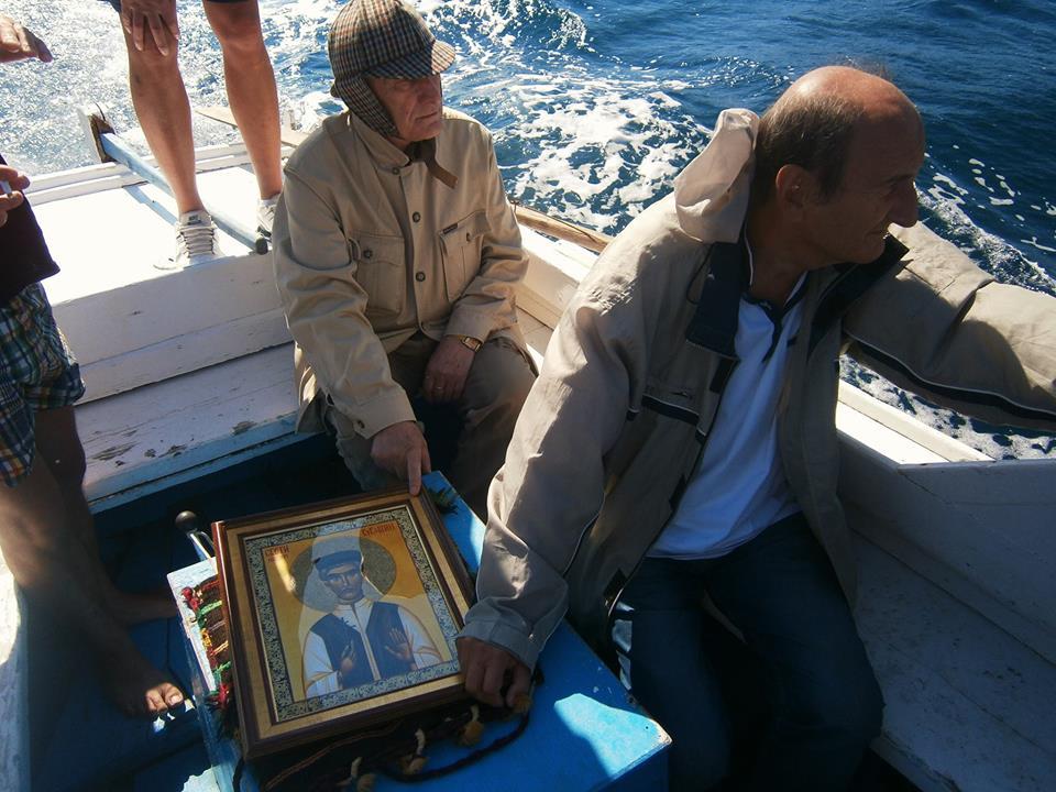 Matija Bećković uz ikonu Sv. Vukašina nad plavom grobnicom paških vrata