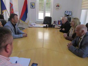 Предсједник Републичке организације породица заробљених и погинулих бораца и несталих цивила Недељко Митровић разговарао је данас у Сребреници са начелником ове општине Младеном Грујичићем.