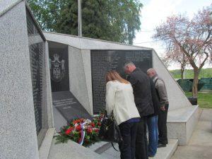Код спомен-обиљежја у мјесној заједници Шамац служен је помен за 114 погинулих борца Војске Републике Српске /ВРС/ и 22 цивилне жртве рата.