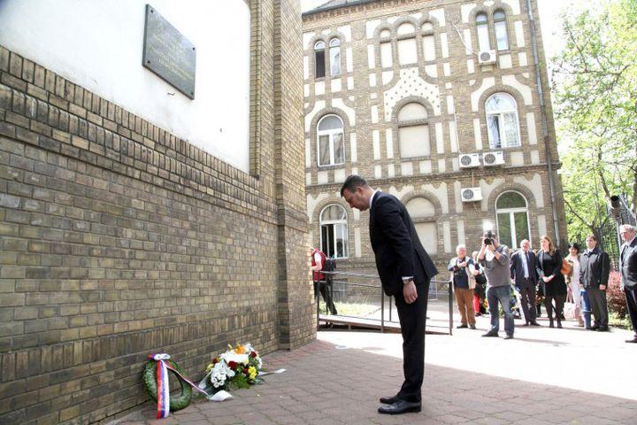 Предсједник Покрајинске владе Игор Мировић одао пошту невино страдалим Јеврејима 1944. године испред новосадске Синагоге