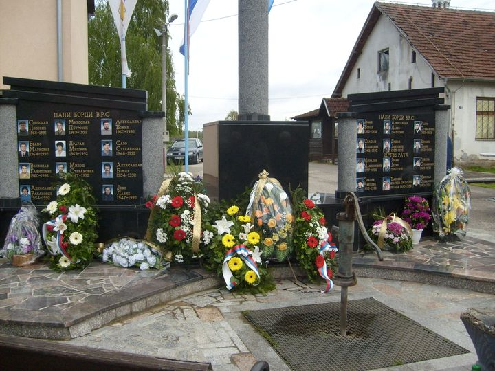 У Баткуши код Шамца данас је служен парастос за 18 српских бораца из протеклог одбрамбено-отаџбинског рата, седам цивилних жртава и 45 погинулих у Другом свјетском рату