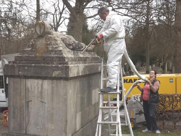Rad na spomeniku koji predstavlja srpskog vojnika na samtrnom odru. I gospođa Nada Lukić pomaže da se posao završi kako treba Foto P. Rakočević