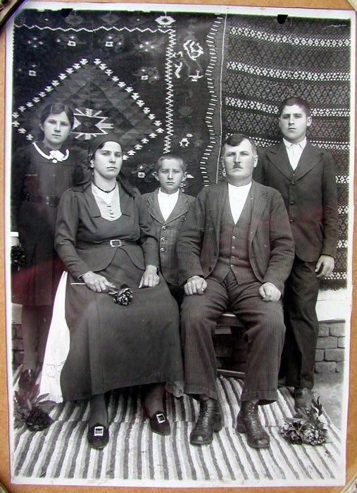 Породица Луке Басташића 1938. године: Јованка, Евица, Милан, Лука и Стево