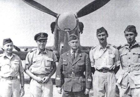 С Милетине десне стране је Фрањо Пирц, командант Титовог ваздухопловства и ПВО