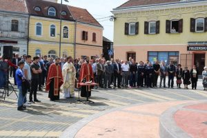 U Derventi je danas služenjem parastosa i polaganjem vijenaca ispred centralnog spomen-obilježja za 608 poginulih borca, obilježen 12. maj - Dan Vojske Republike Srpske i 25 godina od formiranja derventskih brigada, 327. brigade i Osinjske brigade