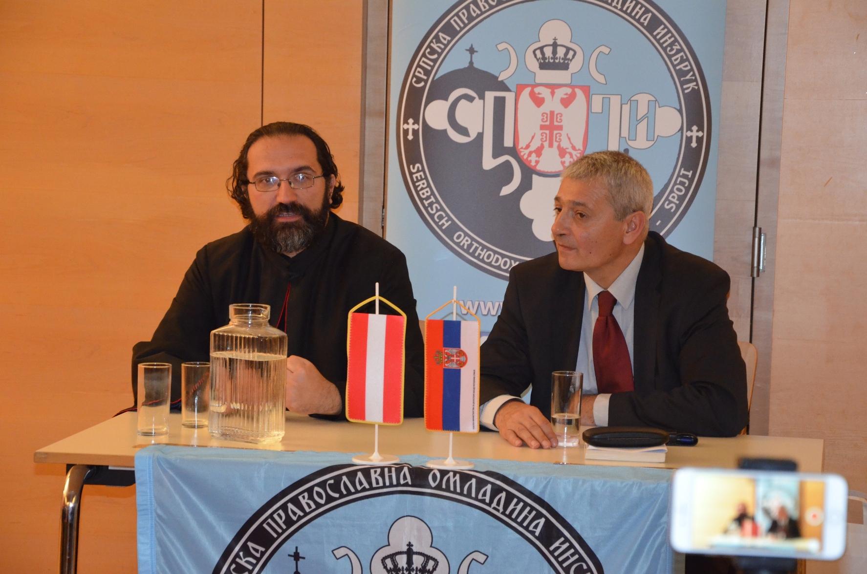 - Отац Арсеније и мр Радован Калабић током предавачког дела вечери -