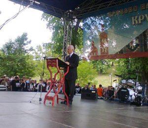 Бесједу пред крушедолским манастиром одржао је академик Матија Бећковић који је подсјетио да су почетак и крај 20. вијека обиљежиле двије избјегличке колоне.