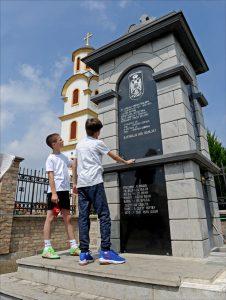 Нове генерације Крајишника испред споменика у Бусијама