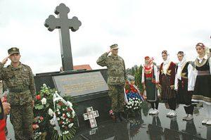 """Spomen nastradalima u """"Tuzlanskoj koloni"""" na groblju Pućile, kod Bijeljine Foto Božidar Milošević"""