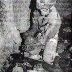 Драган Максимовић са jедном од нађених лобања на чиjем се челу jасно види пукотина од ударца маљем. Незнана жртва очигледно ниjе, као други, данима умирала на дну понора