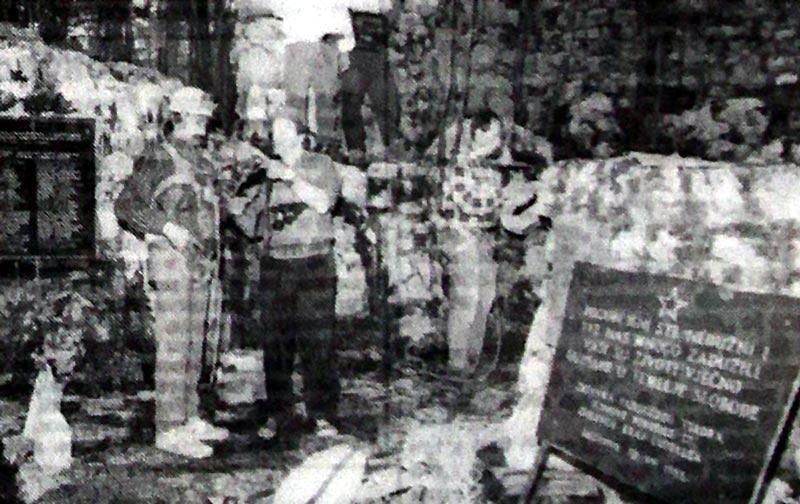 Део екипе припрема се за спуштање у Шаранову jаму чиjи jе отвор заклоњен зидићем на десноj страни