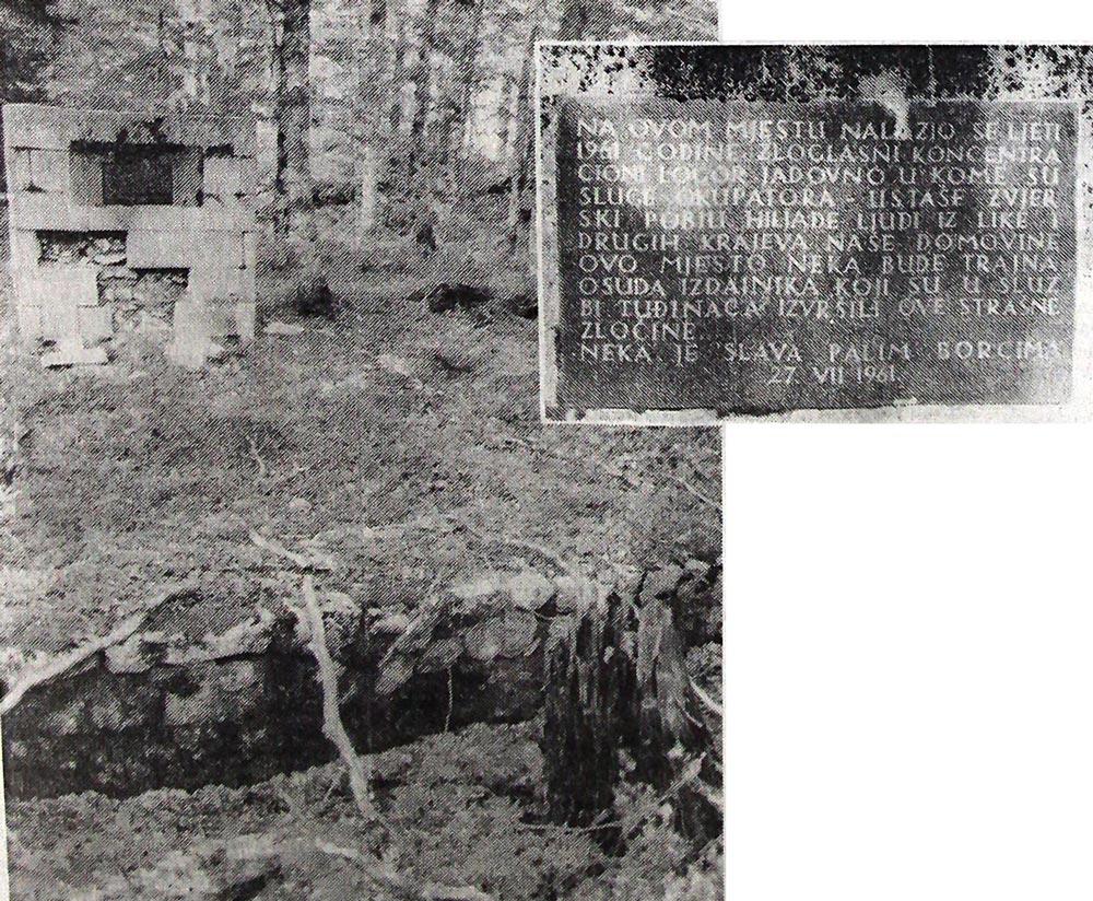 1. Пре двадесет девет година ова jама пред улазом у логор Јадовно забетонирана jе и подигнут оваj споменик. Натпис на њему скривен jе од пролазника, jер пут пролази иза њега...2.Текст спомен-плоче на запуштеном споменику пред некадашњим логором Јадовно