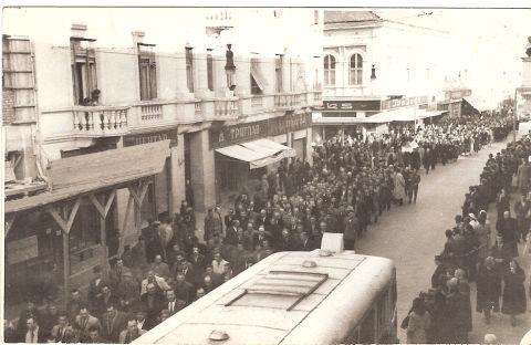 Сахрана Николе Милованчева, марта 1955., хиљаде људи на Главној улици у Земуну