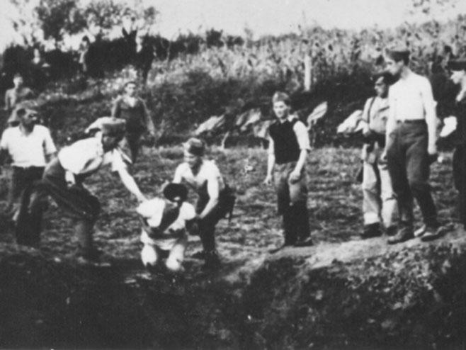 Originalan snimak- Ustaše kod Livna bacaju Srbe u jamu krajem jula ili početkom avgusta 1941.(foto:wikipedia.org)