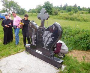 Чланови породица 32 српска цивила које су припадници муслиманских формација прије 25 година убили у селу Чемерно, општина Илијаш, данас су у знак сјећања на настрадале положили цвијеће и прислужили свијеће на Спомен-обиљежју у том селу
