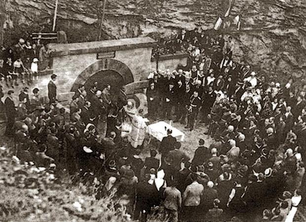 Otvaranje spomen-česme kralju Aleksandru u Lisičijem potoku 1936.