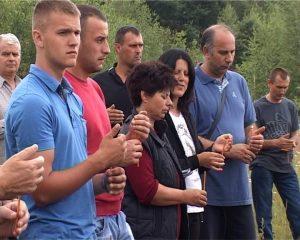 Служењем парастоса, прислуживањем свијећа за покој душа убијених и полагањем цвијећа код спомен-обиљежја данас је у сребреничком селу Ратковићи обиљежено 25 године од страдања двадесет четворо Срба из овог села