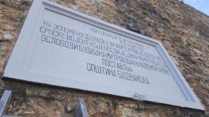 Спомен-плоча на староградским бедемима посвећена српским ослободиоцима Будве, коју су прије неколико мјесеци вандали оскрнавили црном фарбом, потпуно је очишћена.