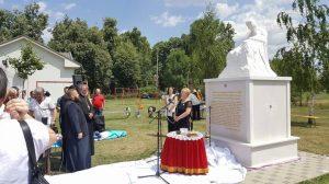 """У Бијељини је данас откривен и освештан """"Споменик мајкама"""" за чију се изградњу од 2015. године залагало Удружење породица несталих бораца и цивила Семберије и Мајевице."""