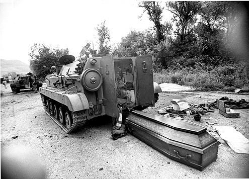 Ubijeni vojnici JNA. 06.1991. Foto: Bojan Stojanović