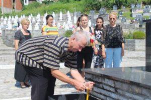 Manja grupa srodnika 11 srpskih civila, koje su pripadnici muslimanskih snaga iz Srebrenice ubili na Vidovdan 1992. godine u bratunačkom selu Loznica, posjetili su danas bratunačko groblje, gdje su prislužili svijeće za pokoj duša nastradalih mještana