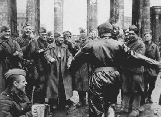 Код Бранденбуршке капије, 1945. (Фото: Владимир Гребњов/ТАСС)
