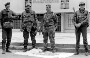 """Borbe za Modriču su završene. Komandat TG-1 tadašnji puk. Novica Simić ispred robne kuće """"Modričanka"""". Koridor života je probijen, protivnik poražen, neprijateljska zastava pod nogama. Vidovdan, 28.06.1992. godine. (Foto Ranko Ćuković)"""