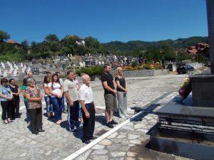 Прислуживањем свијећа за покој душа настрадалих и полагањем цвијећа уз централни спомен-крст на градском гробљу у Братунцу, данас је обиљежено 25 година од страдања 14 српских цивила у братуначком селу Загони, које су на данашњи дан 1992. године убили припадници муслиманских оружаних снага из Сребренице.