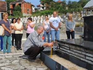 Bratunac - prisluživanje svijeća i polaganje cvijeća Foto: SRNA