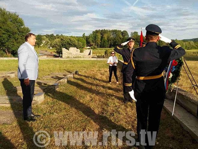 Додик полаже вијенце на партизанском гробљу Фото: РТРС