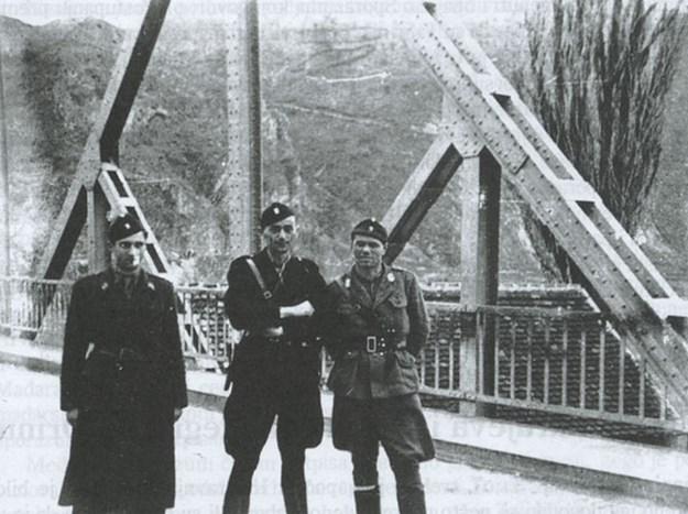 (Jure Francetić je u sredini, desno je Rafael Boban. Fotografija je nastala u Zvorniku na Drini, vjerojatno 1942. godine)