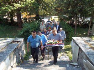 Началеник општине Котор Варош Зденко Сакан полаже вијенац на спомен-костурницу