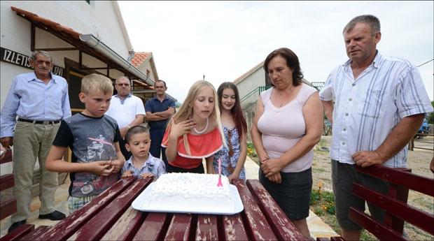 Никола, Јагода и Дарко прослављају са комшијама Дајанин рођендан / Фото Д. Дозет